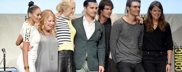 Der Cast von Vampire Diaries mit den Produzentinnen Julie Plec und Caroline Dries auf der Comic Con