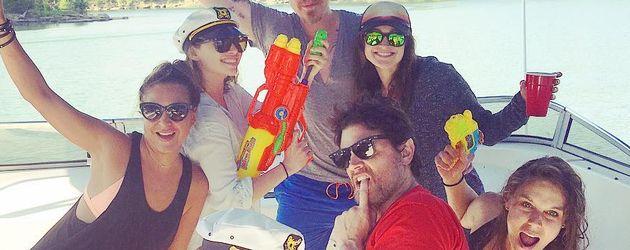 Emilia Clarke & Johnny Knoxville mit Freunden auf einem Boot