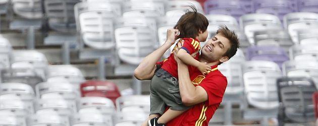 Gerard Piqué und Sohn Milan nach dem EM-Spiel Spanien gegen Tschechien