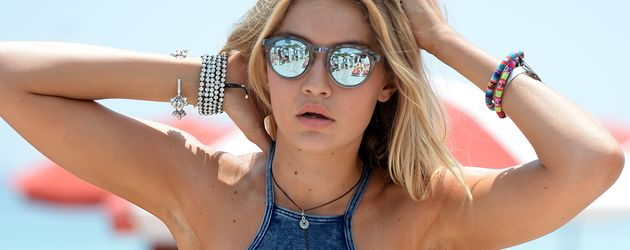 Gigi Hadid bei einem Strand-Fotoshooting
