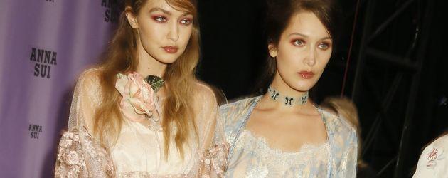Gigi und Bella Hadid backstage bei der Anna-Sui-Modenschau auf der NYFW