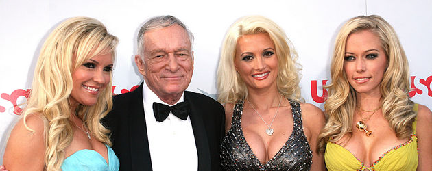 "Hugh Hefner (m.) und die ""Girls of the Playboy Mansion"""
