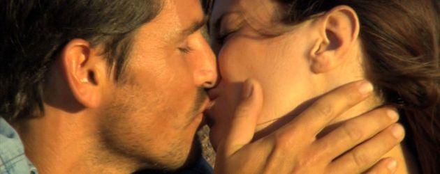 Jan und Mona küssen sich