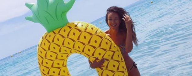 Janina Uhse posiert im Ibiza-Urlaub mit einer aufblasbaren Ananas