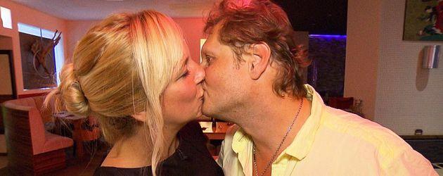 Jens Büchner küsst seine Daniela