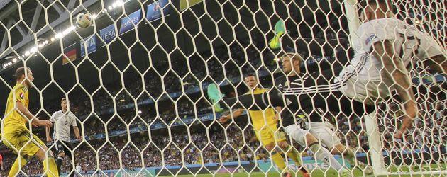 Jérôme Boateng klärt gegen die Ukraine auf der Linie