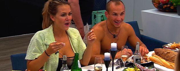 Jessica Paszka und Frank Stäbler in einer Szene von Promi Big Brother