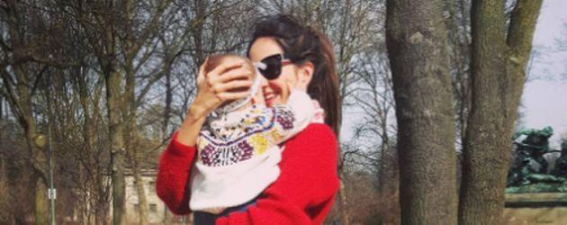 Johanna Klum mit ihrer Tochter im Park