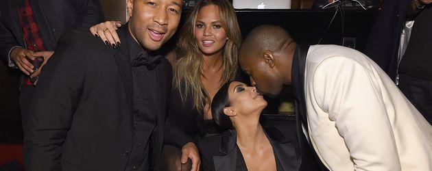 John Legend mit Chrissy Teigen, Kim Kardashian und Kanye West bei seiner Geburtstagsparty