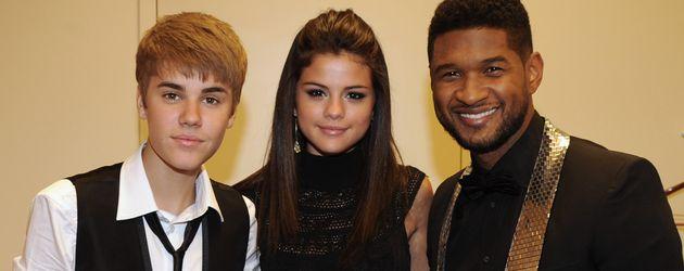 Justin Bieber und Selena Gomez mit Usher im Jahr 2011