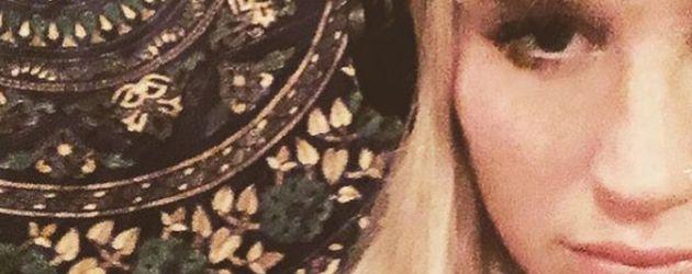 Kesha mit Kopfhörern