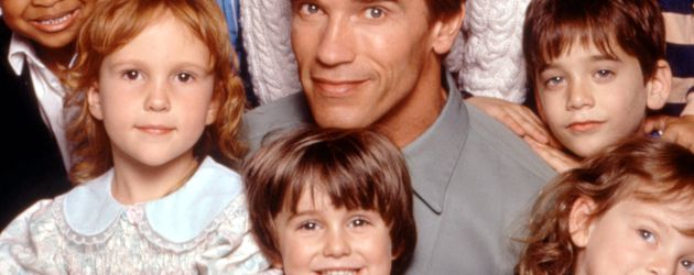 KINDERGARTEN COP: Arnold Schwarzenegger, Joseph/Christian Cousins, Miko Hughes , 1990