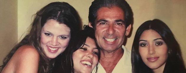 Robert Kardashian mit seinen Töchtern Khloe, Kourtney und Kim