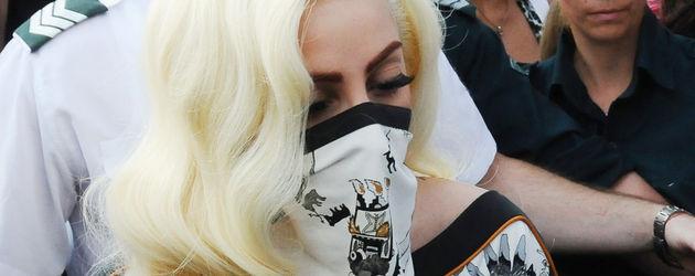 Lady Gaga mit Mundschutz und Fozzie
