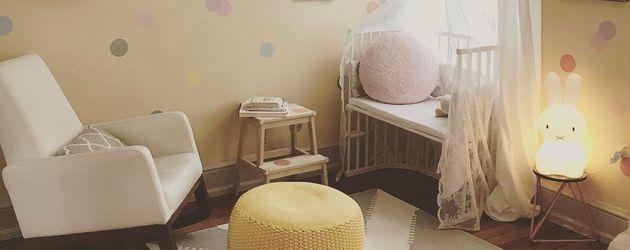 Laura Osswald zeigt das Kinderzimmer ihrer Tochter