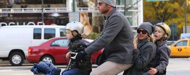 Liev Schreiber und Naomi Watts bei einer Fahrradtour mit ihren Kids in NYC