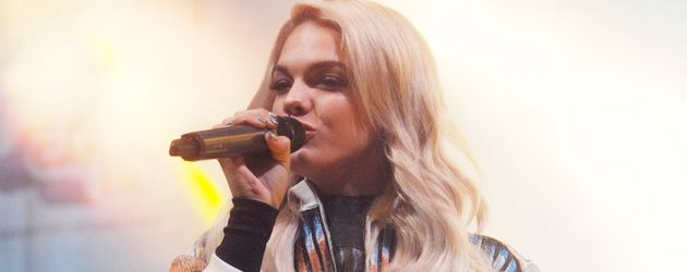 Louisa Johnson auf der Bühne in Sheffield, England