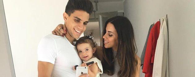 Marc Bartra und Melissa Jimenez mit ihrer Tochter Gala