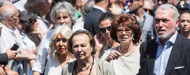 Maria Amato (vorne), Witwe von Bud Spencer, bei der Trauerfeier des Schauspielers