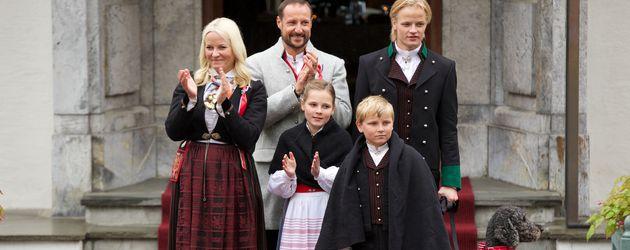Mette-Marit und Haakon mit den Kindern Ingrid, Sverre und Marius beim Nationalfeiertag in Oslo