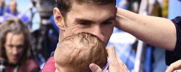 Michael Phelps mit Sohn Boomer nach dem gewonnenen 200-Meter-Schmetterling-Finale in Rio