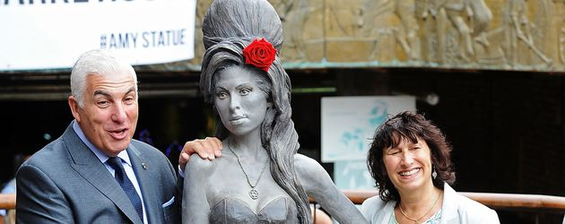 Mitch und Janis Winehouse mit einer Skulptur ihrer Tochter Amy in London