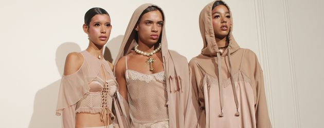 Model in der Fenty x Puma Kollektion von Rihanna