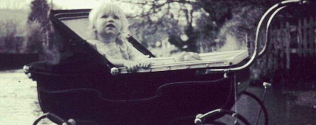 Naomi Watts als Kind an einem See