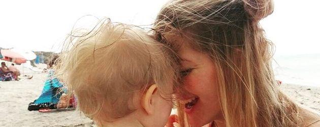 Schauspielerin Nina Bott und Tochter Luna am Strand