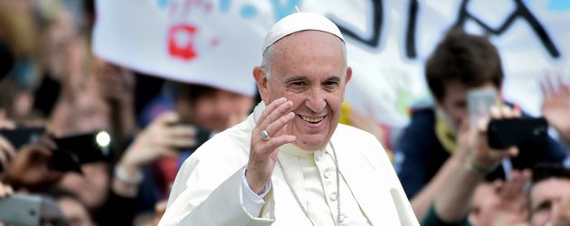 Papst Franziskus I. inmitten von Gläubigen