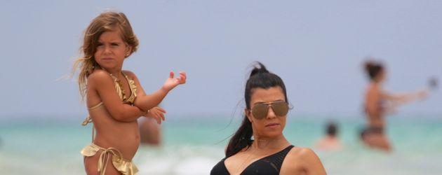 Penelope Disick und Kourtney Kardashian am Strand von Miami