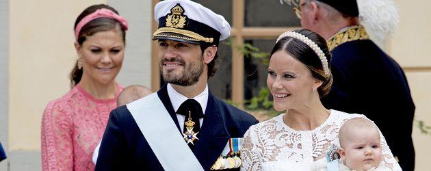 Prinz Carl Philip von Schweden mit seiner Frau Sofia und Söhnchen Alexander bei dessen Taufe