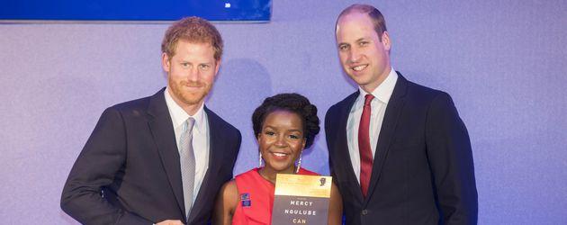 Prinz Harry und Prinz William mit einer Preisträgerin des Diana Legacy Awards
