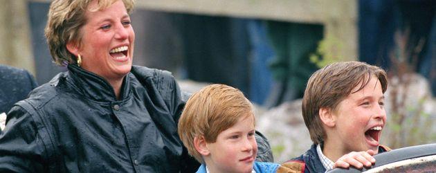 Prinzessin Diana mit ihren Söhnen Harry und William im Freizeitpark