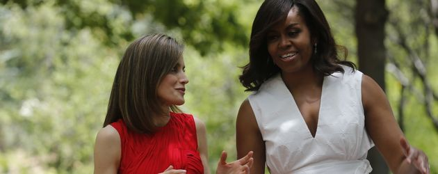 Prinzessin Letizia und Michelle Obama bei einem Spaziergang im Garten des Zarzuela Palastes