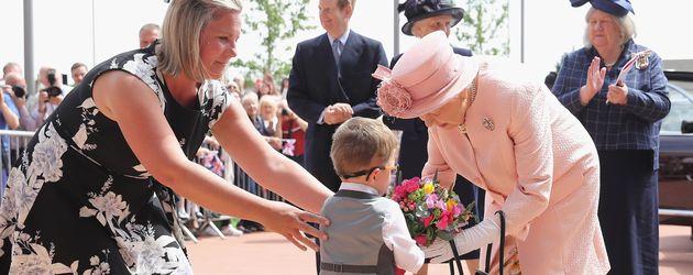Queen Elizabeth II. besucht ein Kinderkrankenhaus in Liverpool
