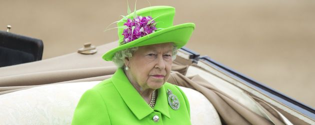 Queen Elizabeth II. sitzt in einer Kutsche bei der Trooping The Colour Parade in London