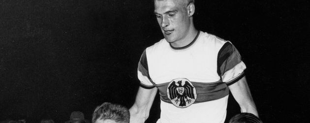 Radsportler Rudi Altig wird nach einem WM-Sieg im Jahr 1959 von seinen Kollegen gefeiert