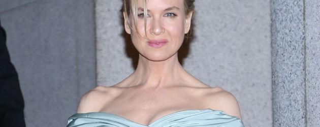 Renee Zellweger im schulterfreien Dress