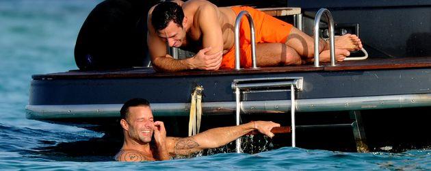 Ricky Martin und Jwan Yosef auf einer Jacht