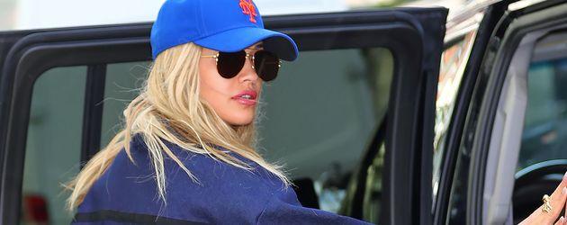 Rita Ora an einem Auto in New York City