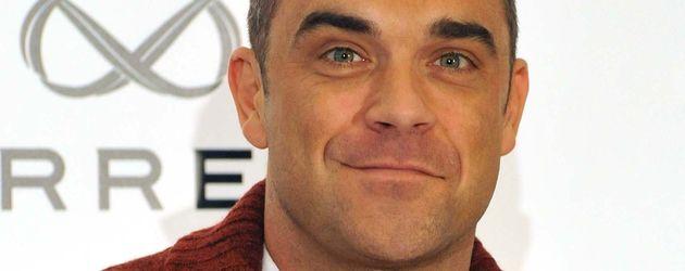 Robbie Williams im roten Jackett