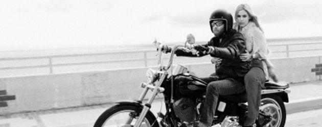 Scout fährt Motorrad