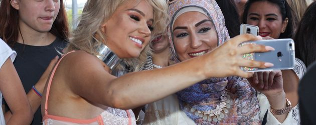 Shirin David mit Fans bei der Glossycon in Berlin