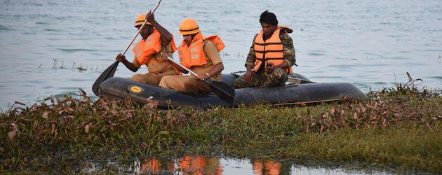 Rettungskräfte und Schauspieler Duniya Vijay im Thippagondanahalli Reservoir