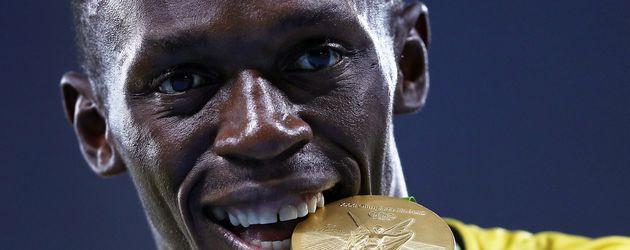 Usain Bolt mit seiner Olympia-Goldmedaille für die 4x100 Meter Männerstaffel in Rio