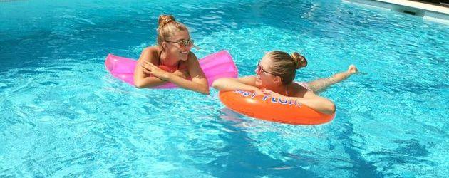 Victoria Swarovski mit ihrer Schwester im Urlaub