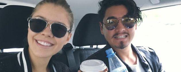 Victoria Swarovski und Erich Klann stärken sich im Auto