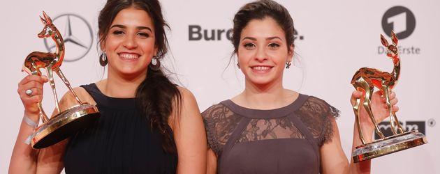 Yusra und Sarah Mardini mit ihrem Bambi